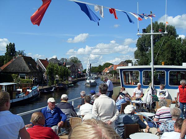 De Wetterprinses is één van de handigste en één van de mooiste rondvaarboten van Friesland. De cruiser kan op plaatsen komen die onbereikbaar zijn voor de meeste passgiersschepen. Op de foto Ossenzijl, Nationaal Park De Weerribben.