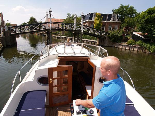 Een Fryslân Cruiser is een laag comfortabel motorjacht, speciaal gebouwd voor toeristische vaarroutes met lage bruggen.
