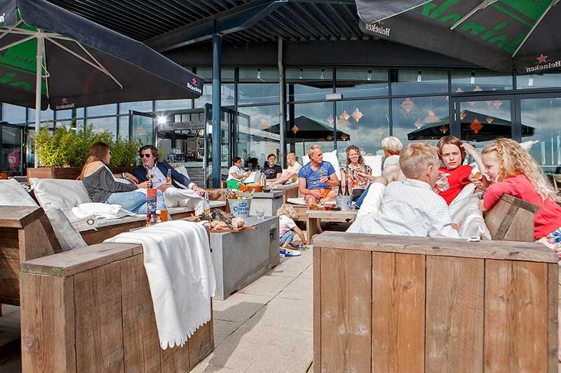 Het terras van Beachclub Lemmer aan het IJsselmeerstrand van Lemmer.